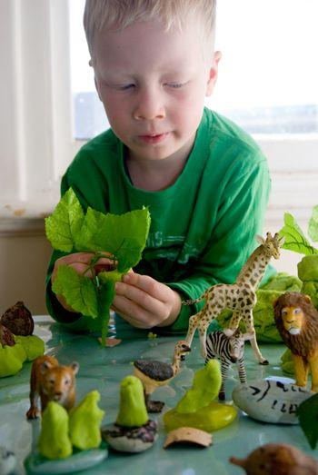 制作一个丛林游戏面团套装 - 它们是一个很棒的礼物,或者一个有趣而轻松的邀请