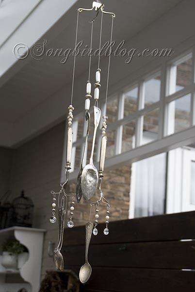 使用复古银器为您的花园创造一个美丽的风铃。查找关于如何在这里制作这些风铃的完整教程。