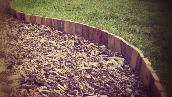 草坪边缘由回收的再生托盘木材制成