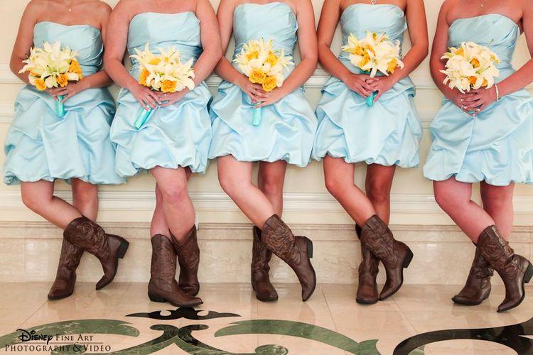我们喜欢这款可爱的软黄色和蓝色组合搭配深棕色牛仔靴! #bridesmaids #cowboy #boots #yellow #blue