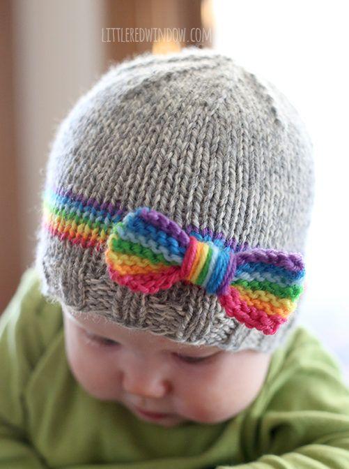 用这个可爱的针织图案编织你的小家伙一个甜美的RainBOW宝宝帽子,包括彩虹带和蝴蝶结!