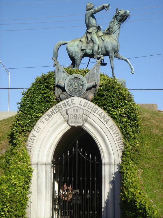 新奥尔良梅泰里公墓内战坟茔的照片