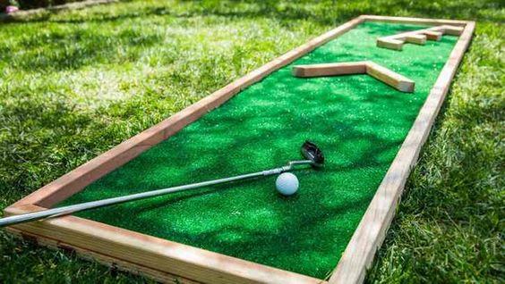 """这个周末需要一个项目吗?这个自制的迷你高尔夫球场一定会带来家庭乐趣数周来!查看""""家庭与家庭""""..."""