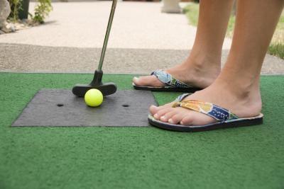 如何建立自制的迷你高尔夫球场。当你的高尔夫球场在你自己的后院里时,你不必碰到环节。使用普通的家庭用品来构建课程 - 如谷物盒,纸管和书籍 - 您可以创建这个有趣且具有挑战性的9洞小型高尔夫球场,全家人都可以享受。
