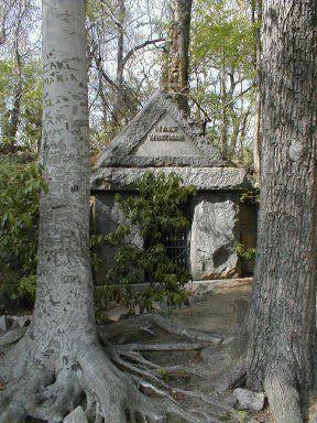 沃尔特惠特曼在Harleigh公墓的墓地。沃尔特惠特曼被埋在美国新泽西州卡姆登的哈利公墓,葬在自己的设计墓中。