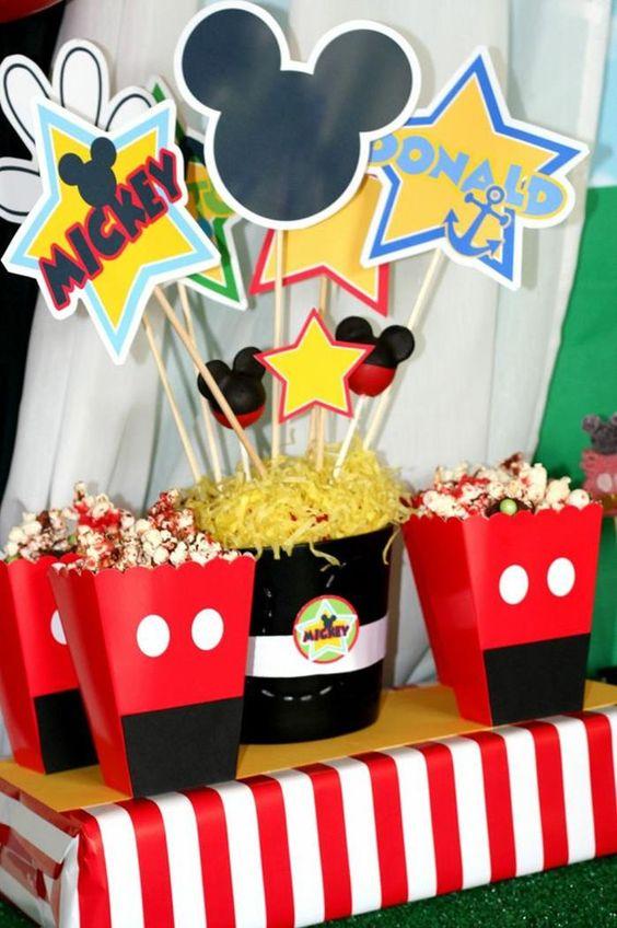 这个梦幻般的MICKEY MOUSE CLUBHOUSE灵感生日派对由Banner Events的Jen Carver提交。这个派对非常有趣。我喜欢用黑色纸盘制作米老鼠的轮廓;这个以及许多其他好主意可以在这个派对中找到,非常适合举办自己的米奇/米妮老鼠活动。米老鼠俱乐部聚会的想法和元素,我最喜欢这个令人敬畏的生日庆祝活动:可爱的米老鼠蛋糕流行可爱的米老鼠奥利奥饼干可爱的米老鼠生日快乐横幅有趣的米老鼠糖果烤肉可爱的米老鼠饮料与每个人都有一个不同的米老鼠角色米老鼠爆米花盒和更多!