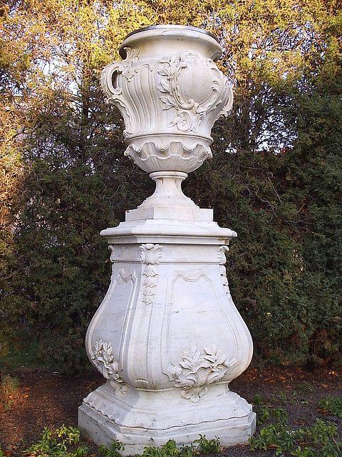 约瑟芬和欧内斯特坎兹勒的一个大理石瓮和基地在伍德劳恩公墓墓地。
