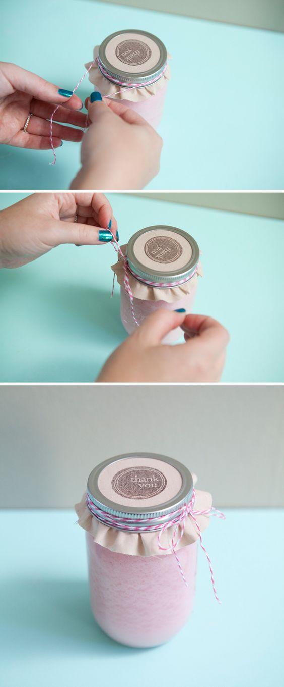 制作蜡烛比你想象的要容易...使用这个详细的一步一步的教程来学习如何制作自己的DIY梅森蜡烛罐