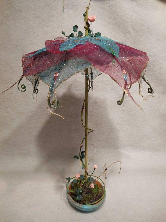 童话迷你仙女微型仙女花园家具仙女房子仙女花园微缩模型这个童话花园伞露台展示是一个精致的手工制作的独特收藏品由艺术家创造的骨架叶子形状与花丝和顶部和下面的手绘高光伞。伞形展示放置并固定在手绘陶瓷盘中,上面有美丽的微型粉红玫瑰,与伞顶上的玫瑰相配。伞是一个独特的手工童话幻想创作。这个异想天开的童话伞露台展示是一个美丽的收藏品,专为室内童话花园或任何微型场景与仙女展示或玩具屋。这个童话花园伞大约10英寸高(12英寸高,包括卷须),伞顶直径7.5英寸。陶瓷碟底座的直径为2.5英寸。查看我的其他列表,了解其他独特的手工童话花园微缩装饰。我们不断向我们的在线网站以及威斯康星州Cedarburg的零售商店添加新商品。因此,请停止查看我们的零售实体店,几乎每天都��添加新的独特商品。