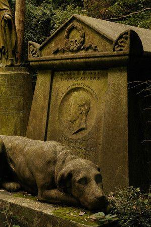Highgate公墓,Highgate,伦敦。墓地分为两部分 - 一个是几个quid,你不需要预订。您预订的另一个并享受导游。关于这个墓地以及一些在这里埋葬的名人,有一些令人难以置信的故事。托马斯塞耶斯和卡尔马克思仅举两例。