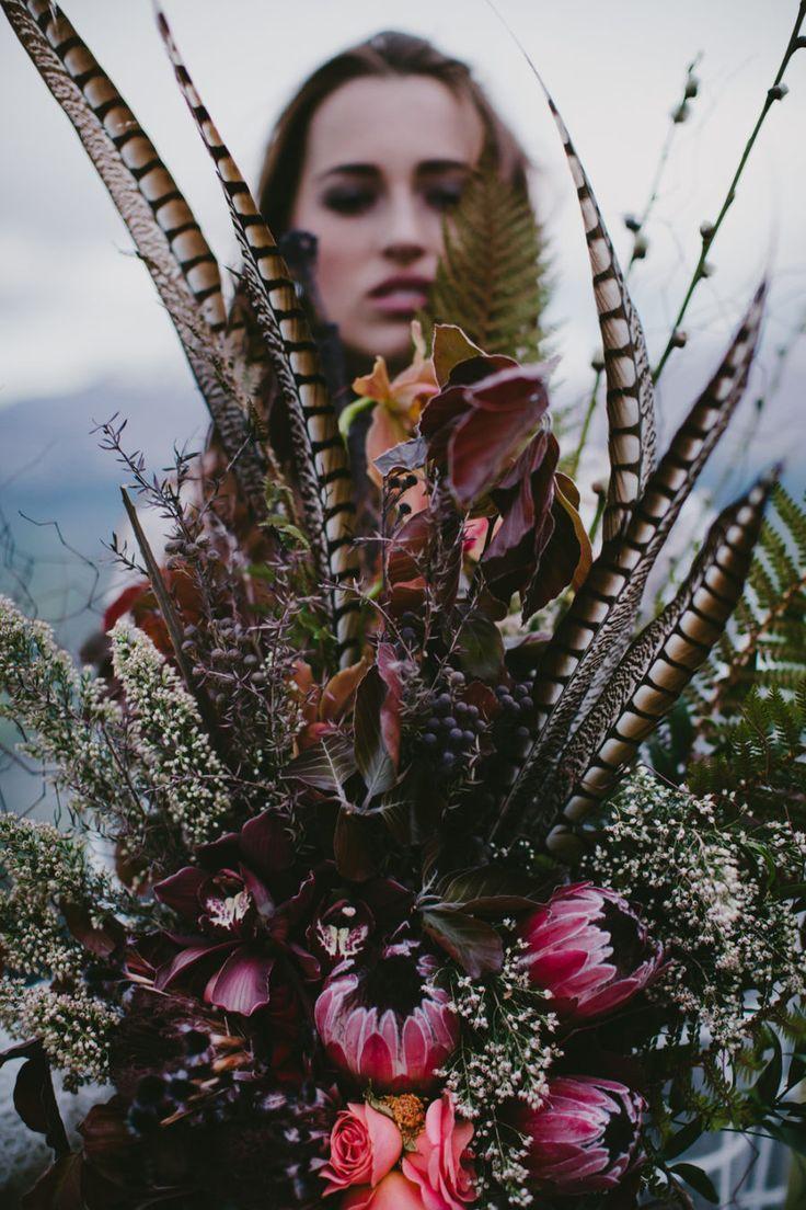 波西米亚风婚礼花束与普罗蒂亚和羽毛