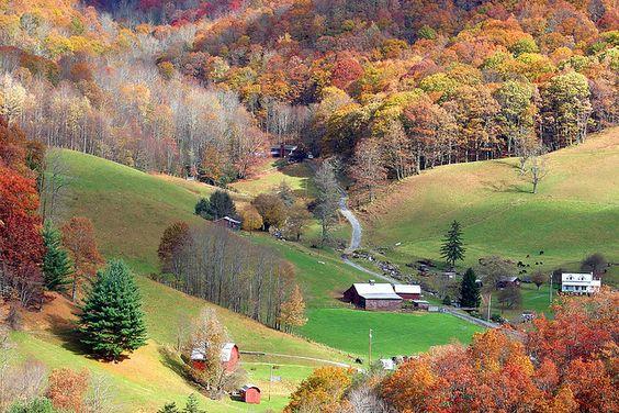 Maggie Valley,北卡罗来纳州2006年10月Maggie Valley是一个度假区,位于Great Smoky Mountains山脉,靠近Blue Ridge Parkway。山谷位于田纳西州诺克斯维尔和北卡罗来纳州阿什维尔之间,是一个受欢迎的山区。当秋天的颜色在视野中时尤其美丽。请参阅:www.maggievalley.org/了解更多信息