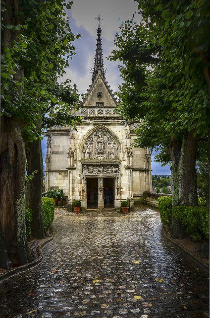 据报道,莱昂纳多达芬奇据说将埋葬圣休伯特教堂。教堂位于昂布瓦兹城堡上,建在俯瞰卢瓦尔河的海角上 - 法国昂布瓦斯 -  DSC_3626回顾我们2011年来自法国的照片,圣休伯特礼拜堂的这幅形象因为某种原因脱颖而出。那天下雨了,但我认为这将是我永远不会忘记的一幕。