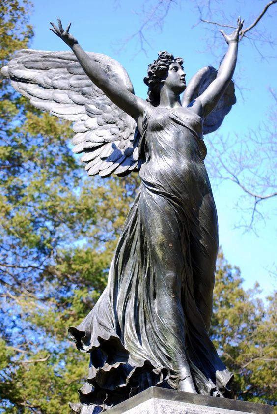 """上面照片马赛克中这个令人惊叹的美丽天使是一个巨大的花岗岩基座上的青铜纪念碑,只有一个名为""""情人节""""的坟墓。它是位于纽约布鲁克林的国家历史地标绿木公墓中的大约106,000座古迹之一,建于1838年。(所有照片将在点击时放大)天使由意大利出生的艺术家雕刻而成阿道夫·阿波罗尼(Adolfo Apolloni,1855-1923)在美国和意大利都发现了其他几个陪葬纪念碑。他的名字出现在天使基地的东侧,以及""""罗马""""这个词他的一个着名的雕塑是在罗马的维托里奥·埃马努埃莱二世纪念碑上的胜利胜利。天使的基础也确定它是在""""G. Nisini Fuse""""制作的,它被认为是意大利最好的19世纪青铜铸造厂之一。 """"Ego Sum Resurrectio Et Vita""""字样刻在花岗岩基础上,并从拉丁语翻译为""""我是复活与生命""""。天使西面对面的""""G. Nisini Fuse""""铭文。天使很精致!注意她翅膀上羽毛的真实细节和她薄纱长袍的精致垂褶。天使的流动长袍背面的视图。她那张富有表情的脸,眼睛向上,双臂张开,显示出如此令人振奋的优雅和动感!这是一件真正有价值的艺术品,值得成为最好的博物馆,也是我最喜欢的墓地中许多美丽的雕塑之一。我认为它的美丽和Ressurection的信息对于复活节周的""""马赛克星期一""""来说是完美的。请立即访问The Little Red House博客上的Mary,查看她可爱的复活节马赛克,并查看参加每周活动的所有博客的链接列表。"""