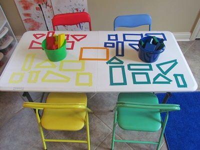 在幼儿园的桌面上用我们的积木探索颜色和形状!