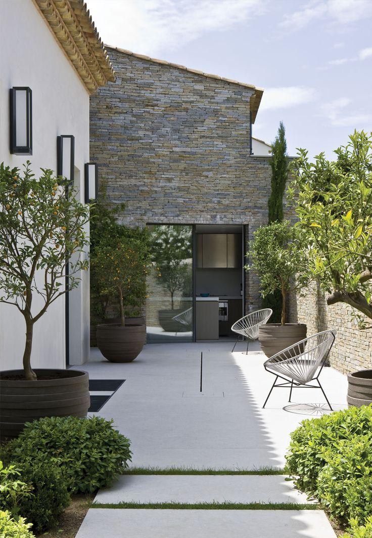 françois vieillecroze architecte / villa st tropez Beautiful blend of old and new. A fresh and clean landscape design. Love it. Pinned to Garden Design by Darin Bradbury.
