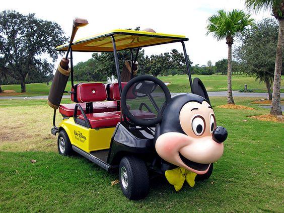 米老鼠主题高尔夫球车在华特迪士尼世界度假村木兰高尔夫球场在佛罗里达州中部。