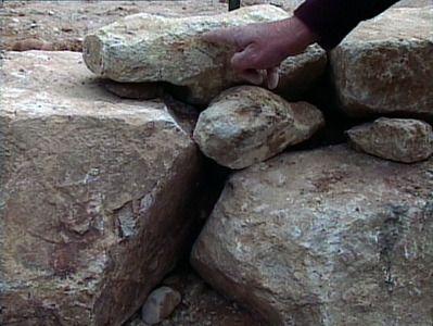 干堆石挡土墙只是一个倾斜的院子里的东西。让DIYNetwork.com团队向您展示如何构建一个。