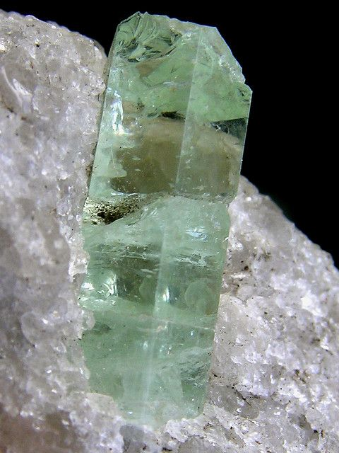 透明的宝石蓝绿色绿柱石,16毫米的水晶,来自马萨诸塞州的Royalston。