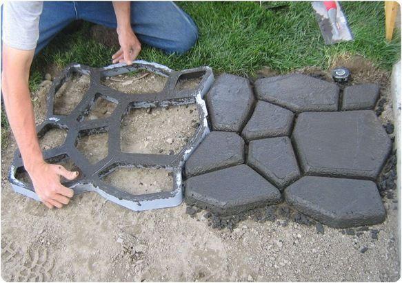 DIY混凝土鹅卵石路径。