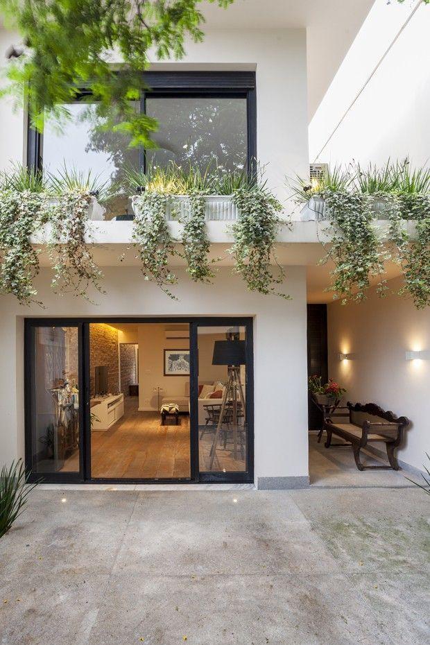 狭窄的房子获得自然光线和现代装饰(照片:Julia Ribeiro)