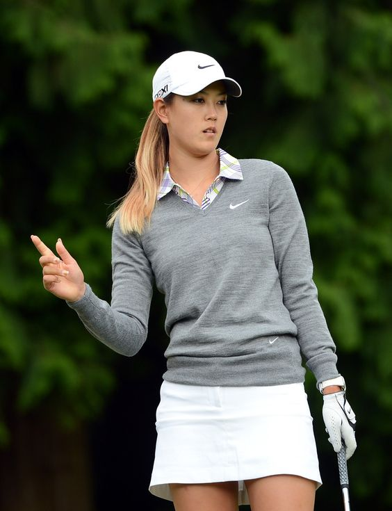 Michelle Wie照片 - 米歇尔·威在2012年8月23日在加拿大高贵林市的温哥华高尔夫俱乐部举行的加拿大女子公开赛第一轮第三洞对她的筹码作出反应。 -  CN加拿大女子公开赛 - 第一轮