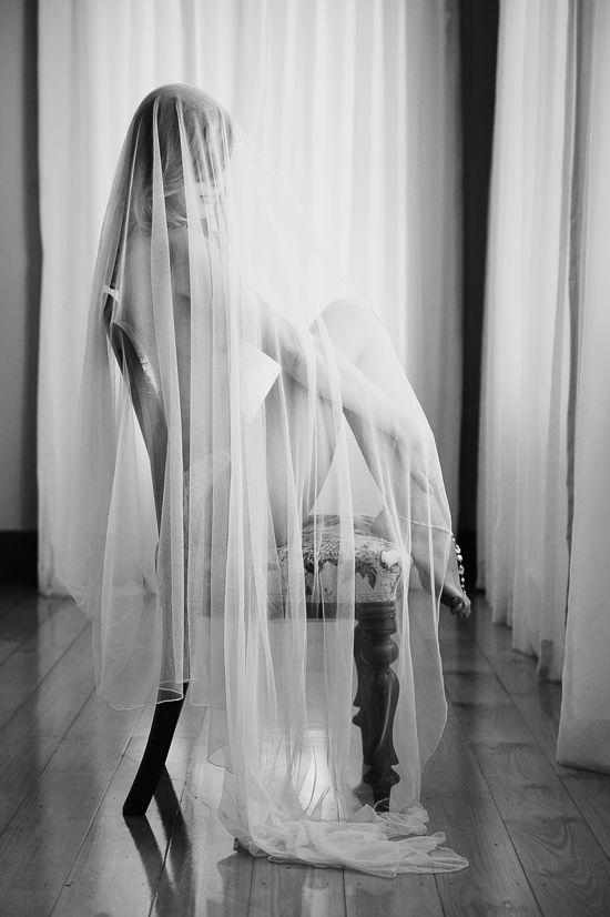 """摄影师汉娜米勒克拍摄了这个美丽的系列题为""""婚纱与窗口灯"""",展示了由凯伦威利斯霍姆斯创造的蕾丝边缘纱线的美丽。"""