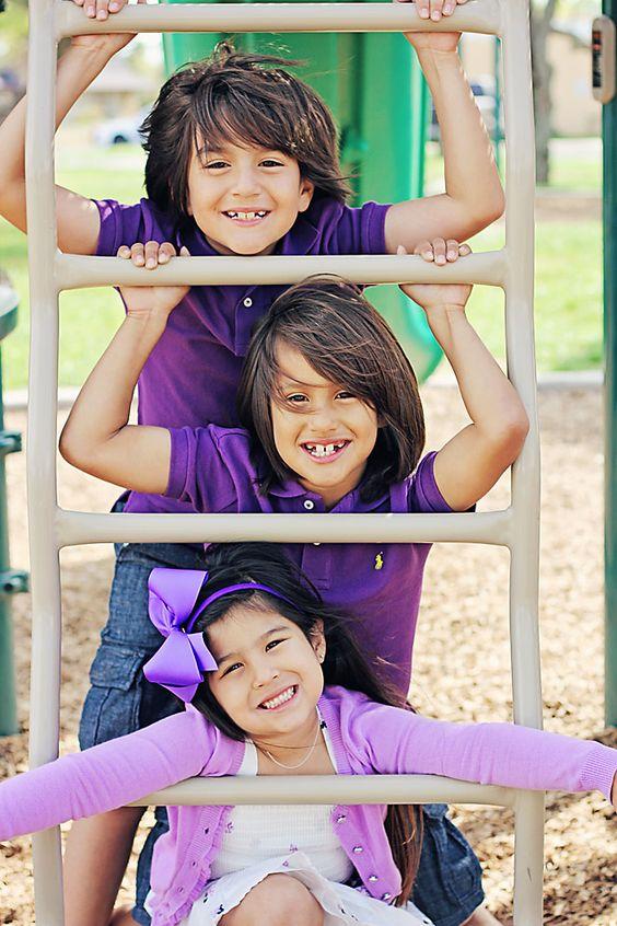紫色主题的家庭/兄弟姐妹在公园拍照! | Iliasis Muniz摄影儿童摄影,户外摄影,白色地毯道具,儿童服装创意,儿童紫色主题服装,公园位置,自然采光摄影,户外家庭照片,儿童游乐场姿势。
