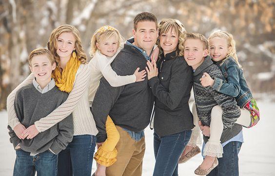 家庭图片姿势与5个或更多的孩子的想法,与其他1,2,4和4个孩子的职位的链接。