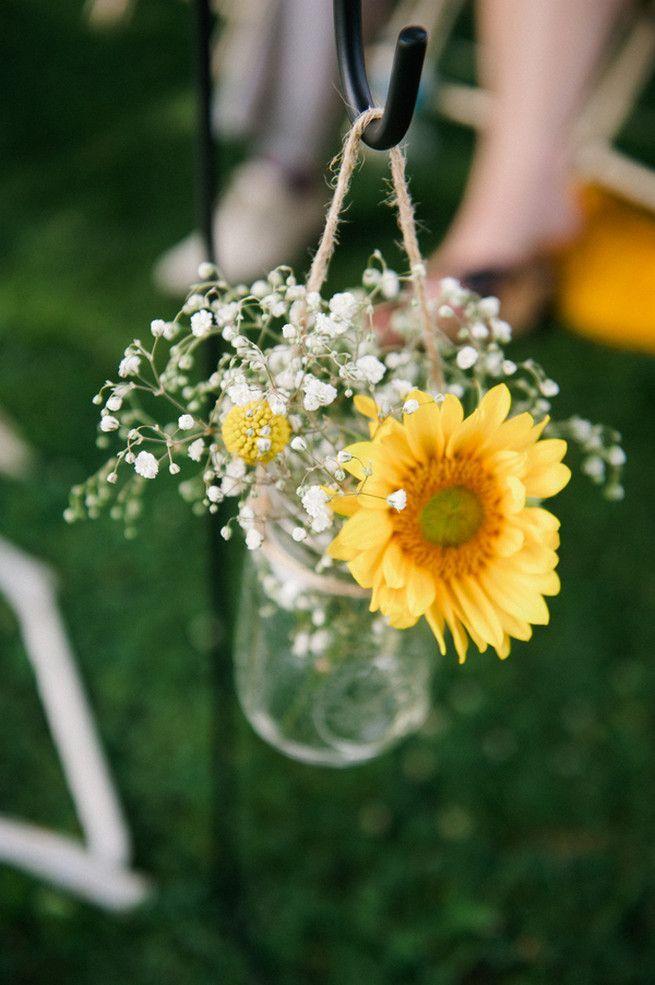 向日葵和婴儿在罐子里呼吸过道花。珊瑚海军芥末婚礼/梅雷迪思麦基摄影