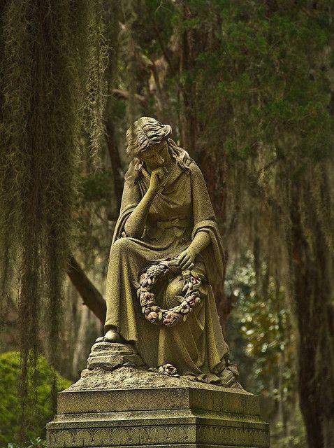 """©2010 Susan Ogden  - 保留所有权利图像Thruthelookingglass文德公墓是一个和平,美丽,迷人的地方。所以很容易失去所有时间漫游在这个地方的宁静之美。我可以想象,如果你在夜幕降临的时候,宁静的宁静会经历一个神奇的变化......当它变成一个阴森恐怖的地方时........会爱回到一个满月看看是否有追逐你的""""鬼狗""""在那里。从来没有人看到他们......他们只是听到他们的声音,并在他们的腿上感受到他们的气息,因为他们在恐怖中跑步! (这是一个传奇......在一些关于这个有趣的地方!)博纳旺蒂尔公墓,萨凡纳,乔治亚州。"""