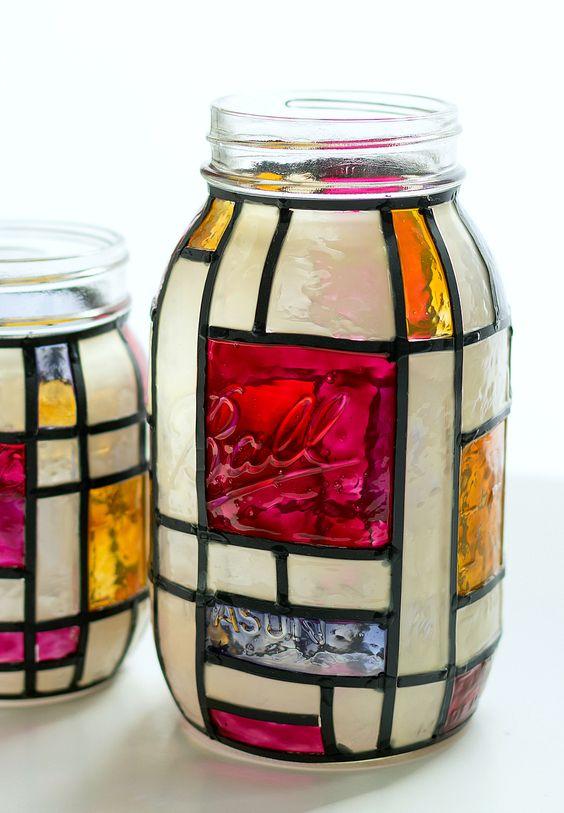 蒙德里安彩色玻璃梅森罐花瓶。有趣的项目使用人造彩色玻璃套件和人造铅条纹。伟大的花瓶或家居装饰理念使用梅森罐子。