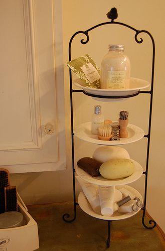 CLEVER IDEA:使用板架在浴室柜台上创造额外空间