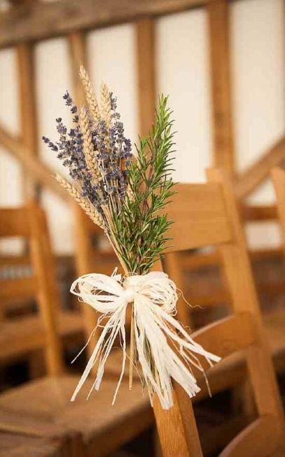 WWW读者Rebecca和Gareth在萨里的门街谷仓举行了他们质朴的冬季婚礼。