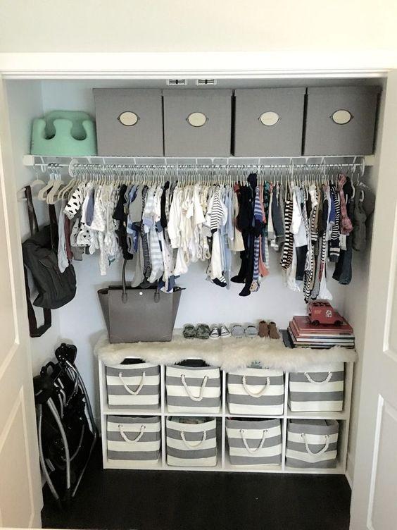 托儿所完成后,还有一件事要解决:衣柜。所以,我们迅速清理了空间并从头开始。我购买的第一件东西是白色的Ikea Kallax装置,以提供额外的搁架和存储。我把单位放在壁橱里的地上