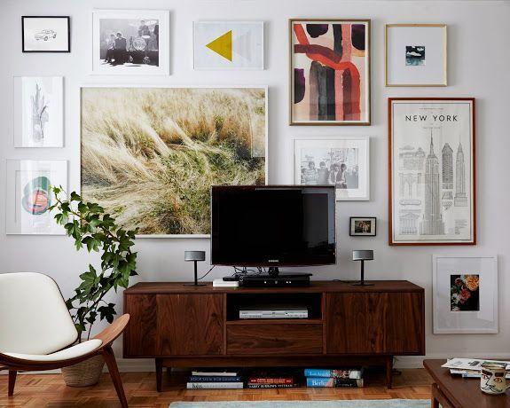 电视背后的画廊墙。