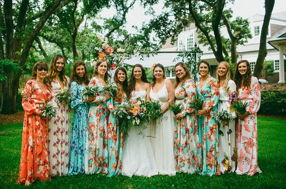 五颜六色的花卉女傧相礼服在南卡罗来纳。