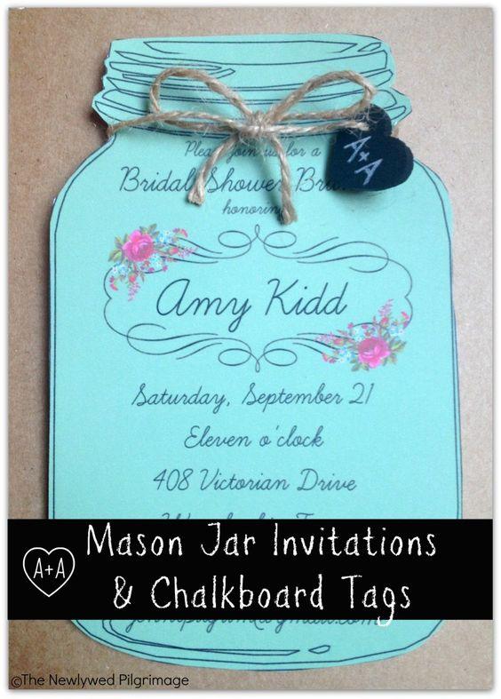 梅森罐子邀请点缀着木制黑板心脏标记。免费可打印的梅森罐子模板为DIY婚礼或新娘送礼邀请。
