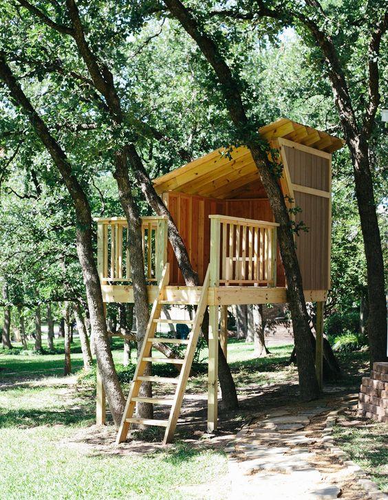 我们后院的树屋几乎完工。剩下的唯一步骤就是将房子漆成与我们的房子和后院棚相匹配。我们开始树屋作为Jenna生日的礼物,但在过去的几周里,我想我们都对我们创造的小小隐藏处同样兴奋不已。我们最初...
