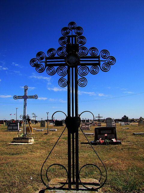 堪萨斯州维多利亚市。公墓的特点是一些有趣的早期德国金属交叉坟墓标记。