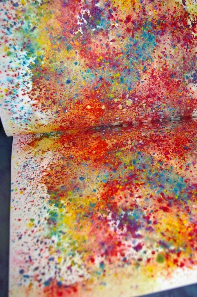 水彩色蜡笔。用磨刀器刮到纸上,然后喷水并夹在纸和熨烫之间。