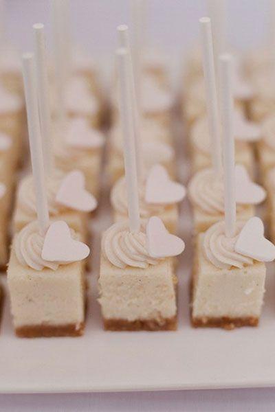 """虽然拥有令人惊叹的婚礼蛋糕是一种传统,但时代已经改变了!有时我们甚至想知道,""""谁还需要一块结婚蛋糕?!"""""""