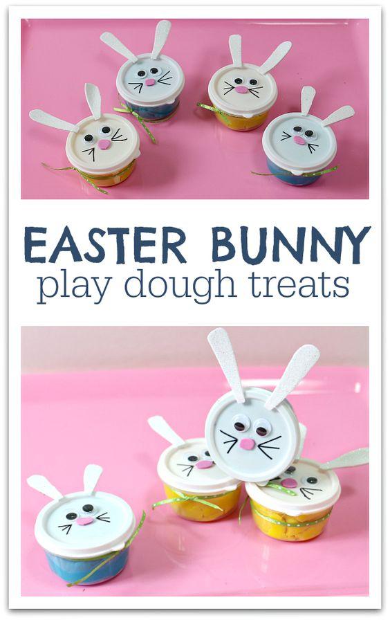 哪个孩子不喜欢用面团创作?给这些小复活节兔子玩复活节面团作为礼物!