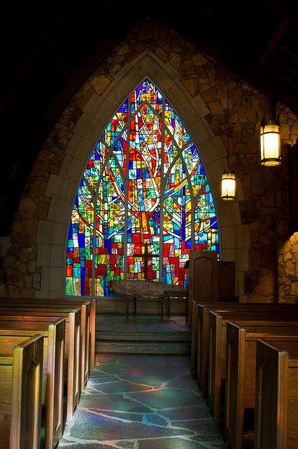 教堂前面的彩色玻璃窗。