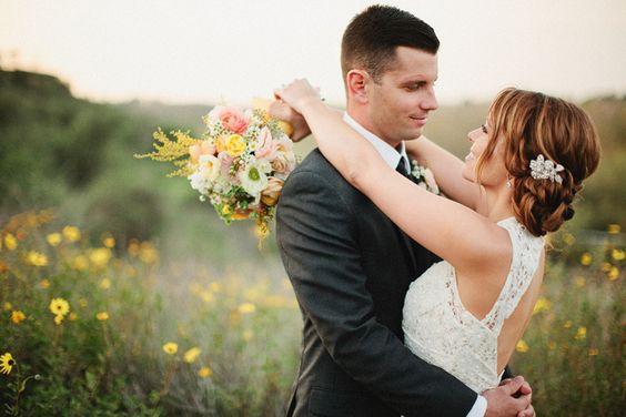 本和劳伦在奥兰治县草莓农场高尔夫俱乐部的婚礼上创造了许多个人元素。欲了解更多细节和劳伦的一些话请访问他们的功能灵感来自这个婚礼博客。