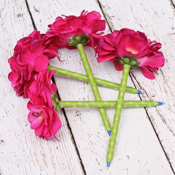 用花笔写作乐趣并将它们放在个性化的花盆中,让你的桌子变得光彩照人。