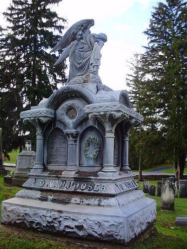 """""""坟墓是死者的衣裳,坟墓是普通的西装;而昂贵的纪念碑是刺绣的。"""" --- R. Buckminster Fuller要了解更多我的墓地摄影,请访问我的FB页面www.facebook.com/GraySkiesPhotography"""