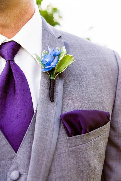 伴郎穿着浅灰色燕尾服,紫色佩斯利领带,紫色口袋方块和飞燕草。地点:Salem Cross Inn花艺设计师:Ladyslipper Designs