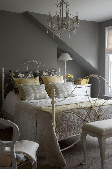 探索我们的卧室装饰理念,包括这个苍白的灰色和软柠檬黄匹配