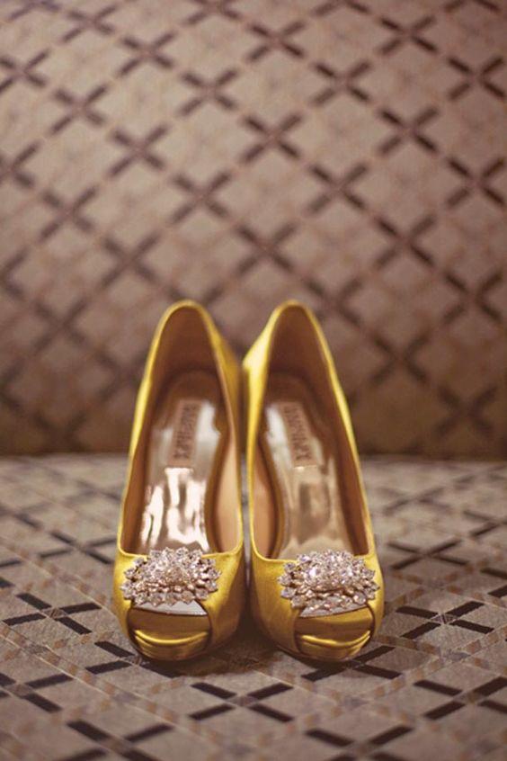 Marston House婚礼充满了灰色和黄色的diy细节。包括一些时髦的黄色鞋子。